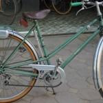 Chuyện lạ Hà Nội: Xe đạp đắt ngang SH