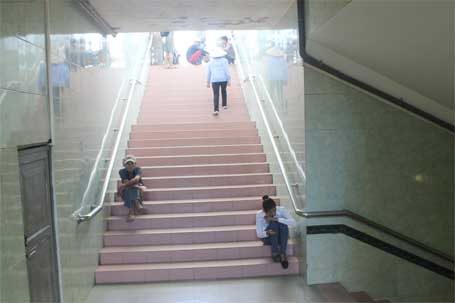 Hầm đi bộ là nơi tránh nắng lý tưởng của một số phụ huynh và thí sinh