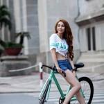 """Ngân Khánh diện áo """"hở rốn"""" tinh nghịch tạo dáng bên xe đạp"""