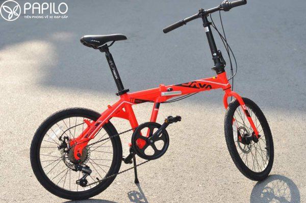 Xe đạp gấp Java TT là mẫu xe đạp thể thao gấp gọn có kiểu dáng hiện đại trẻ trung của hãng xe đạp Java Pro Bike (Italia). -Khung hợp kim nhôm Alloy6061, trọng lượng nhẹ: 11kg, chịu tải lớn: 120kg -Có bộ số Shimano Sixindex 7 tốc độ - Trục bánh trước và sau có vòng bi bạc đạn độ bền cao, chống nước, - Model thiết kế thực hiện bởi Team teachonogy của Java, mang phong cách trẻ trung và hiện đại - Giá bán tại Việt nam: 8.000.000đ