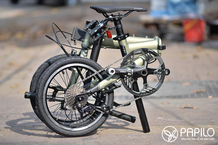 Xe đạp gấp Camp Hazy phiên bản limited có trang bị pedals rút và bộ kẹp pedals sau yên. Phiên bản mặc định không có.