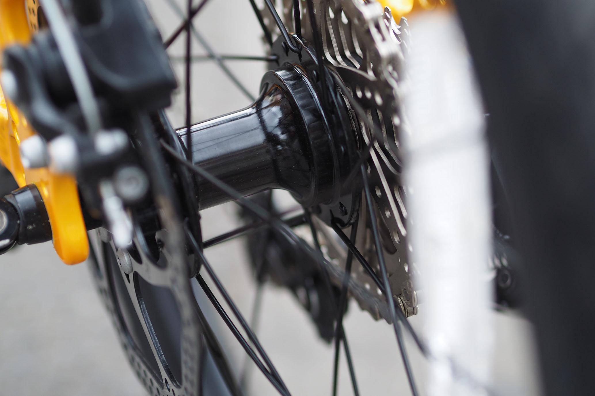 Trục bánh (moay - ơ) bạc đạn , vừa nhẹ vừa bon, giống như các xe đạp thể thao tốc độ (road bike)