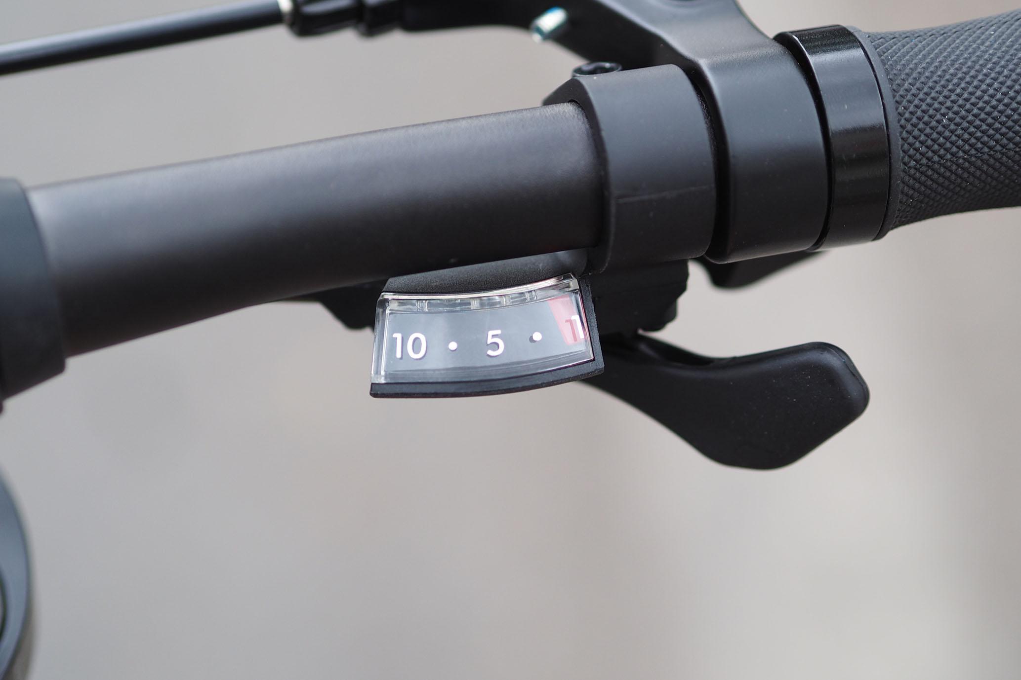 Xe đạp gấp Banian D10 có trang bị hệ thống 10 cấp số, trên tay lái có Đồng hồ báo số đơn giản dễ nhìn và nhỏ nhẹ